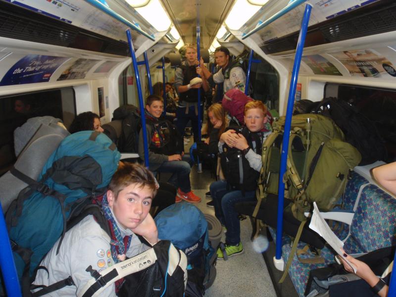Trangt med store speidersekker på London_tube 7. Oslo Kanaljene Foto Einar Løhne Iversen.jpg