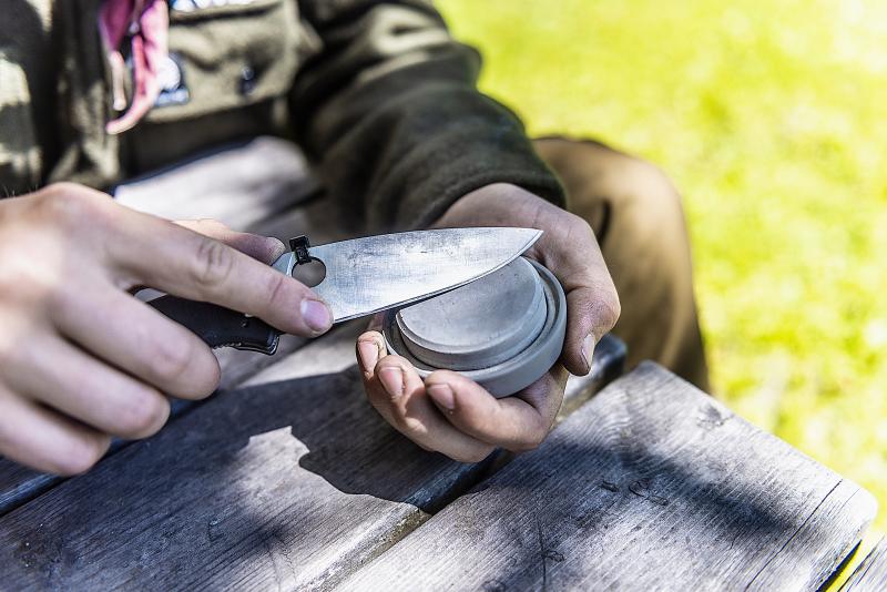 Speidersport BH21245 Jacob Weisæth sliper kniv på Gränsfors Bruks slipestein Foto Iver Gjendem.jpg