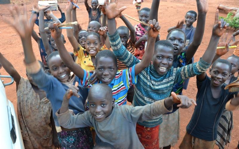 Barn som vinker til kameraet