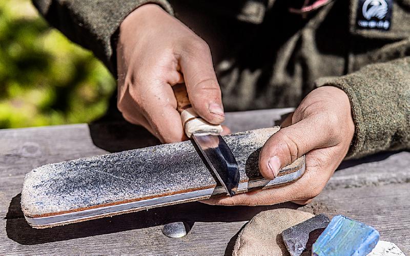Skal kniveggen gå fra skarp til sylskarp kan du like godt lære deg verbet å stroppe.