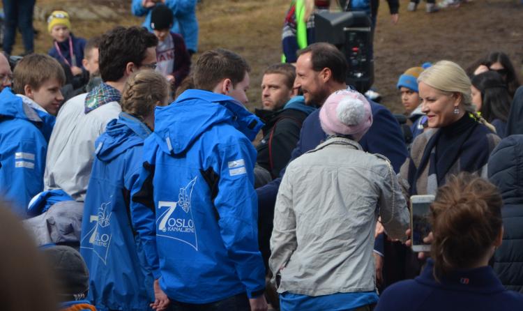 Kronprinsparet hilser på speiderne fra 7. Oslo